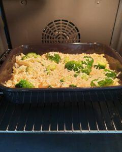 Im Backofen eine Auflaufform mit Nudel-Brokkoli Auflauf und Feta Käse.