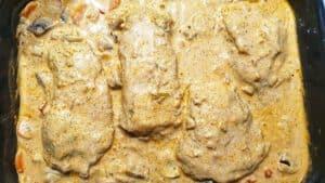 Putenbrust in Frischkäsesoße in einer Auflaufform