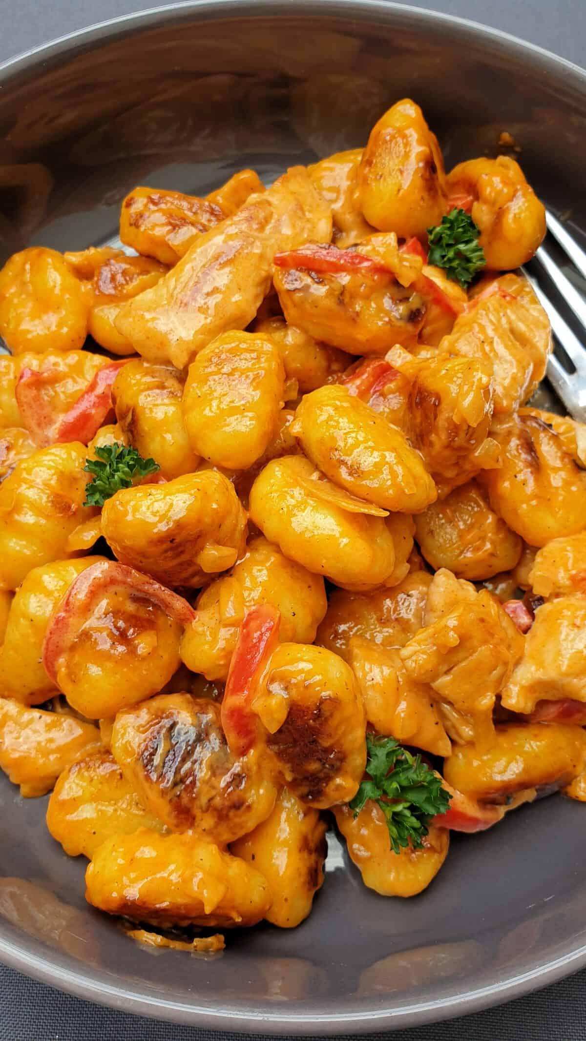 Hnocchi in cremiger Paprika-Soße mit Hähnchenstreifen.