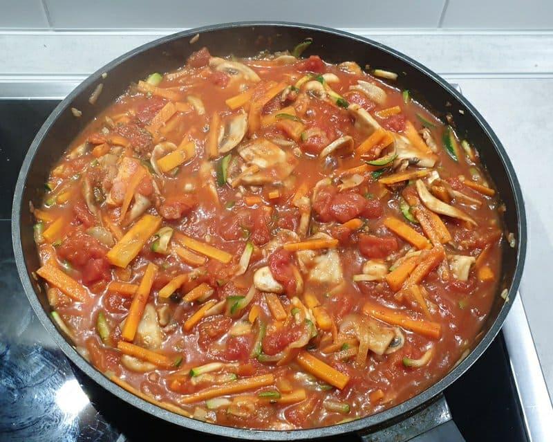 Gekochte Soße mit Gemüse für eine Gemüse Lasagne.