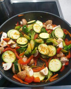 Angebratenes Gemüse für Curry mit Gewürzen bestreut.
