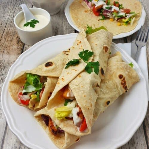 Selbstgemachte Dinkel Wraps gefüllt mit Salat und Pute dazu ein Joghurt Dressing.