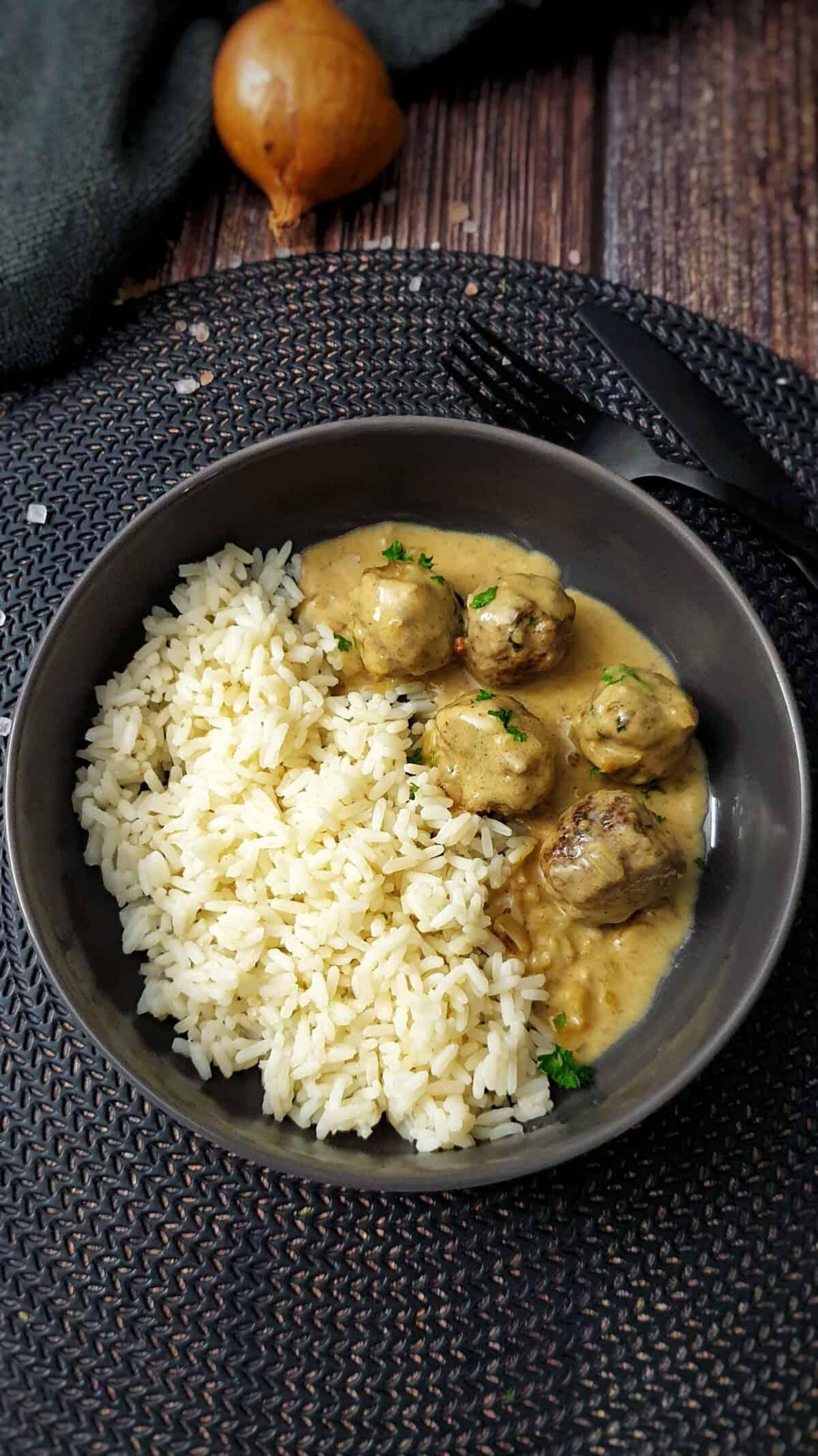 In einer grauen Schale Köttbullar - schwedische Hackbällchen mit Reis.