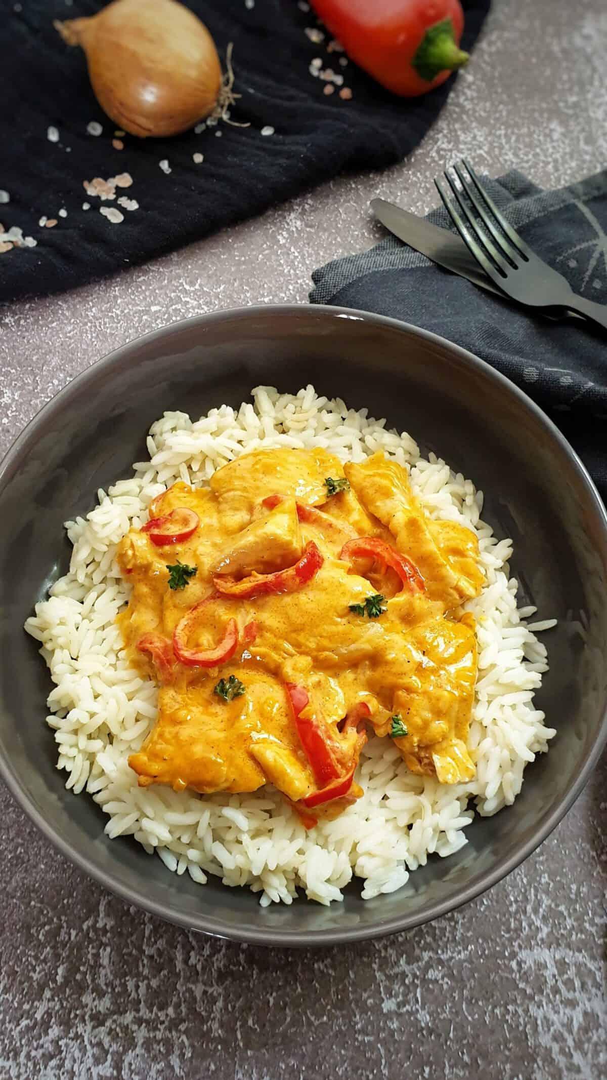 In einer grauen Schale Paprika Geschnetzeltes mit Reis.