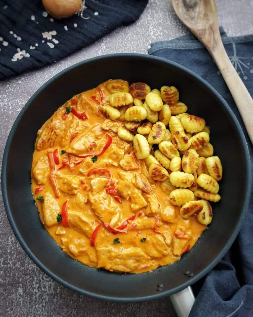 In einer Pfanne Paprika Geschnetzeltes mit angebraten Gnocchi.