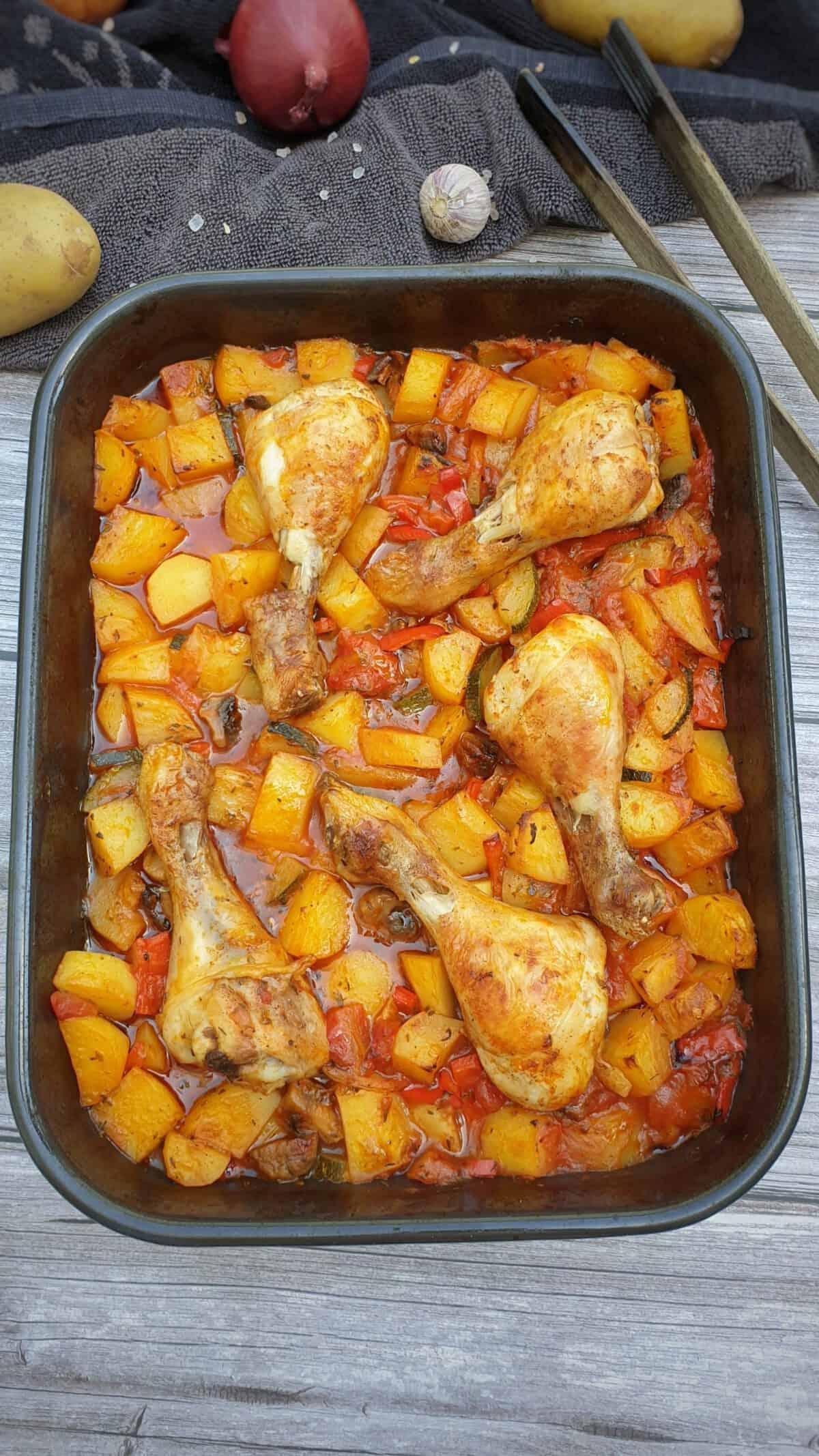 Hähnchen mit Kartoffel-Gemüse auf einem Ofenblech.