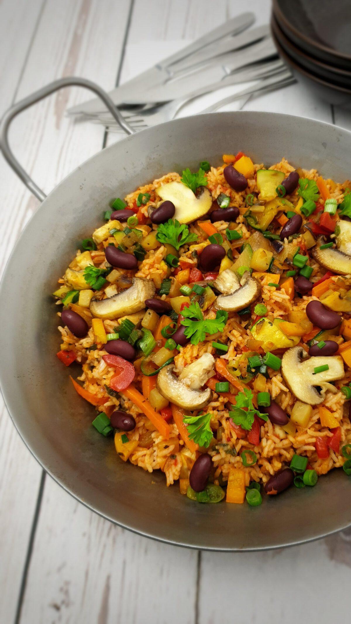 Bunte Reis-Pfanne mit viel Gemüse in einer Pfanne angerichtet.