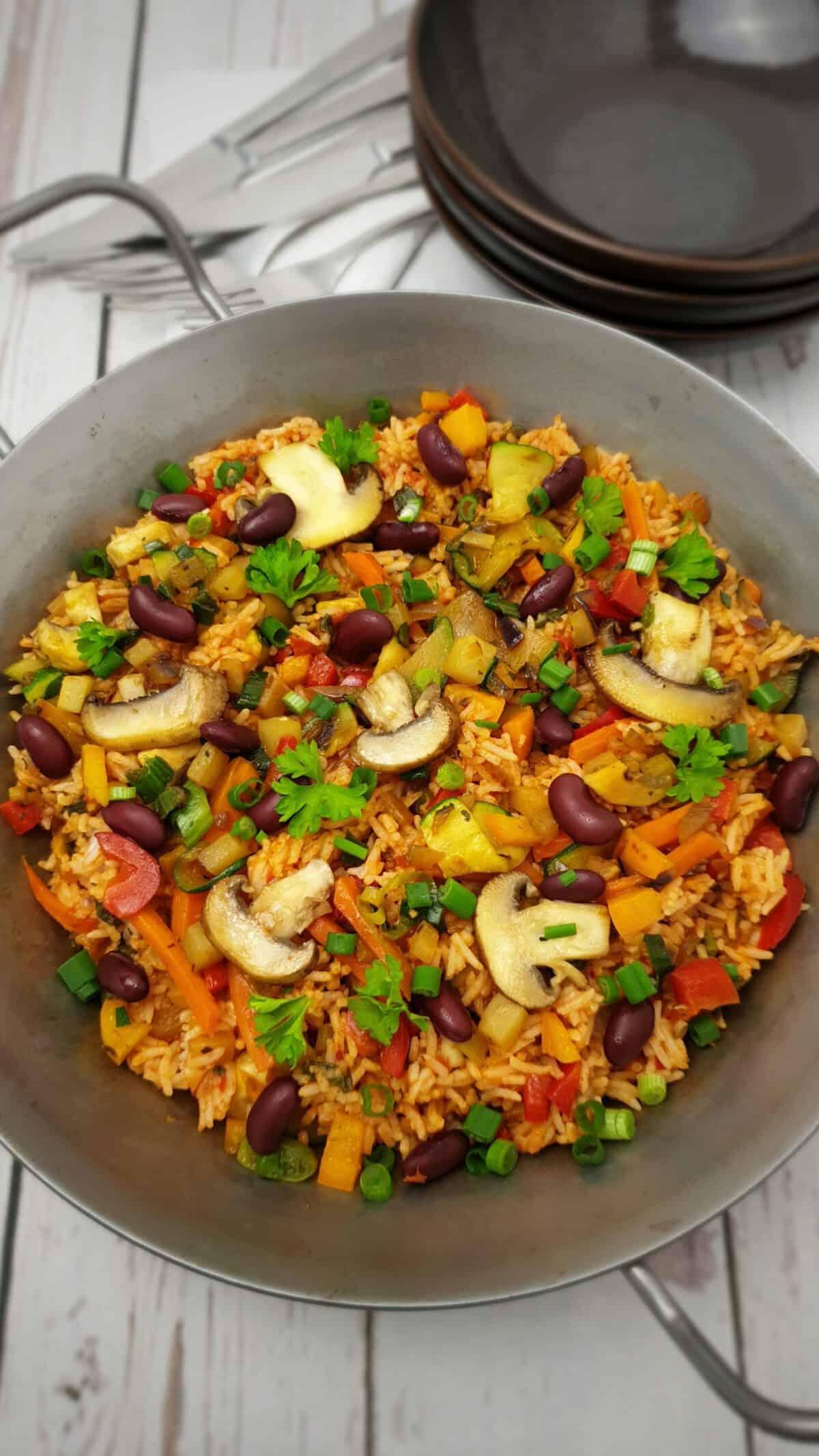 Bunte Gemüse-Reis-Pfanne mit viel Gemüse in einer Pfanne angerichtet.