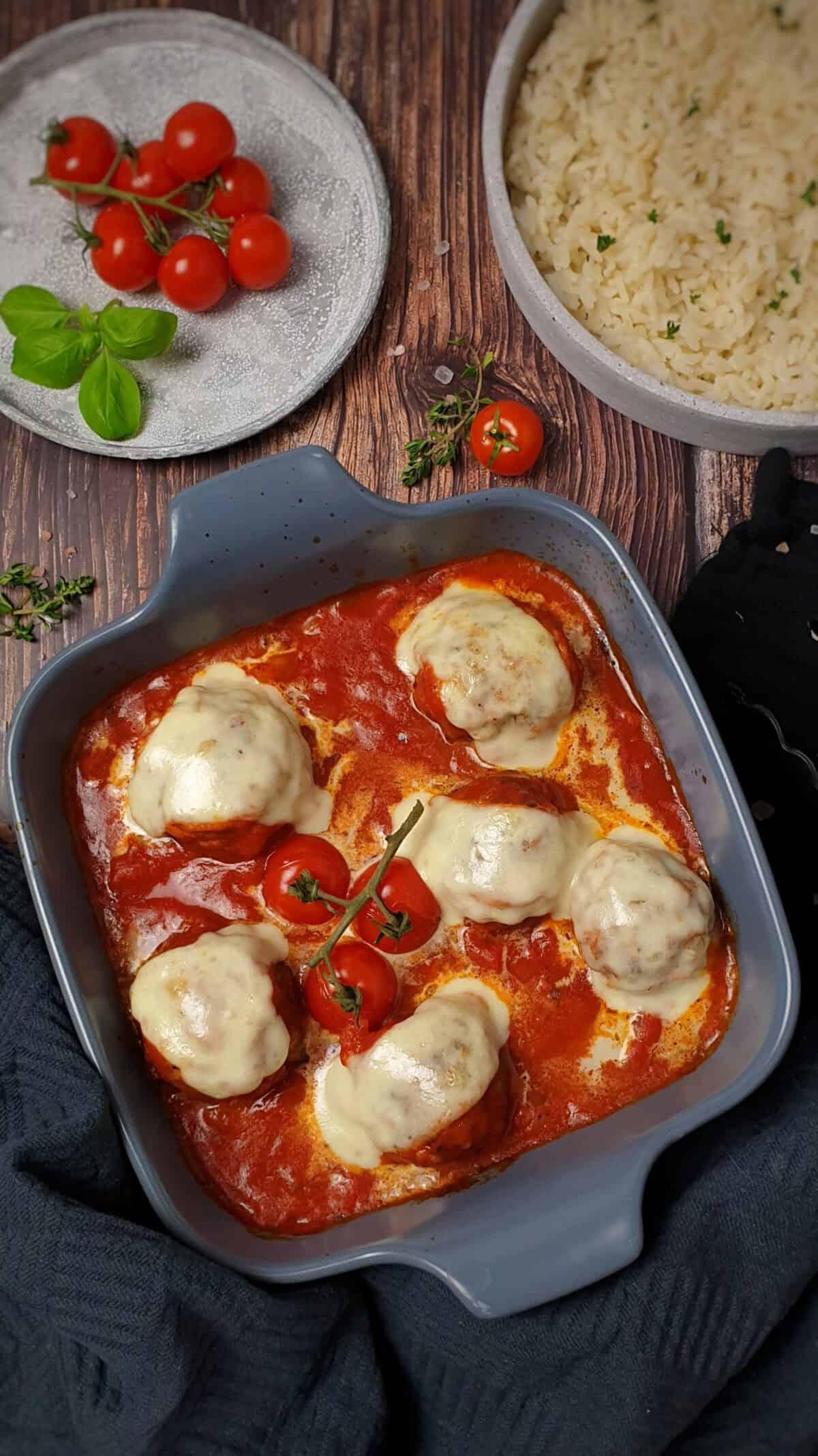 Hackbällchen mit Mozzarella überbacken aus dem Backofen in Tomaten-Soße.