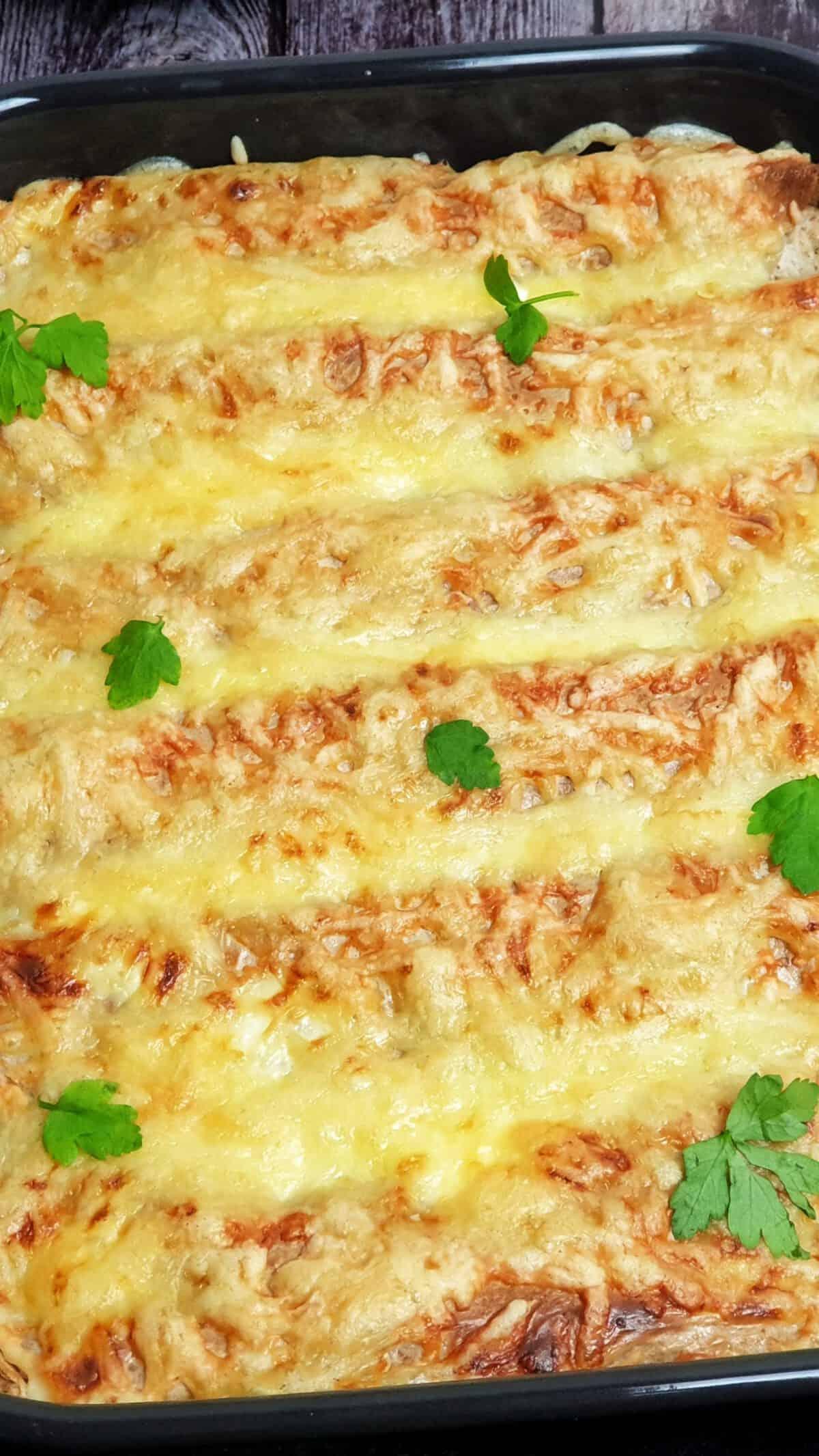 In einer Auflaufform gefüllte und überbackene Tortillas.