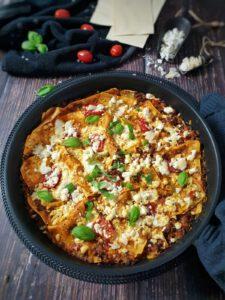 In einer Pfanne eine Pfannen Lasagne mit Feta Käse gratiniert und mit Basilikum bestreut.
