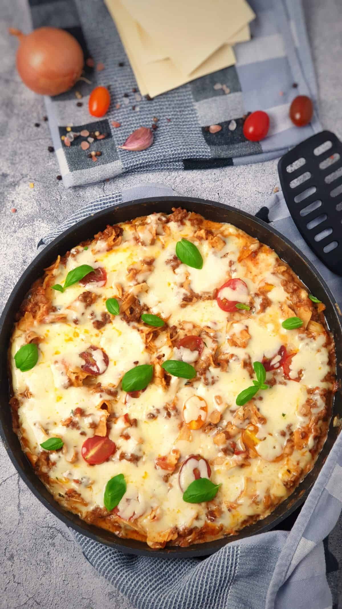 In einer Pfanne eine Pfannen Lasagne mit Käse gratiniert und mit Basilikum bestreut.