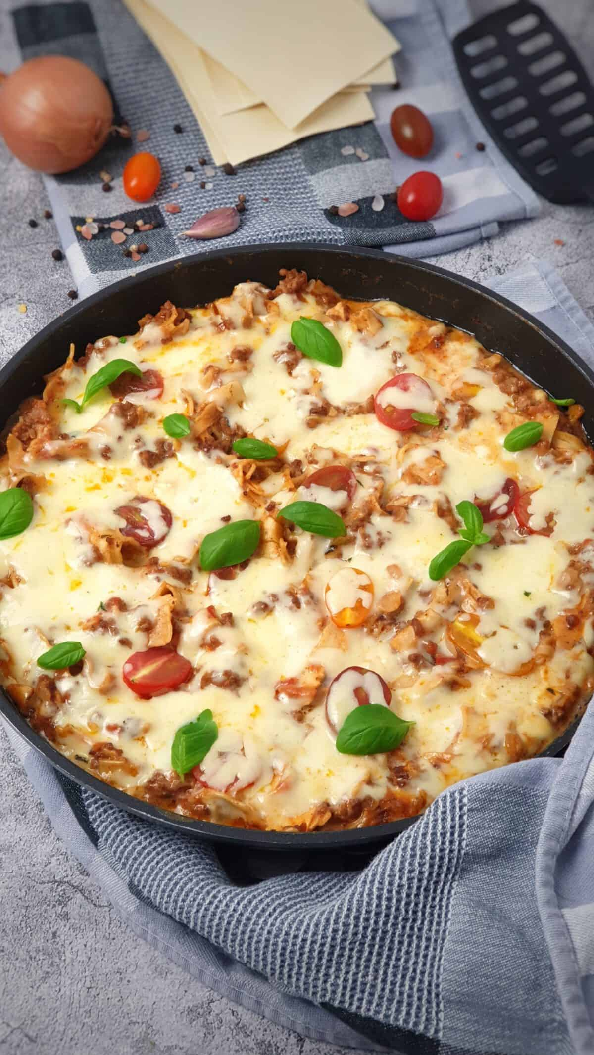 In einer Pfanne eine Pfannen-Lasagne mit Käse gratiniert und mit Basilikum bestreut.