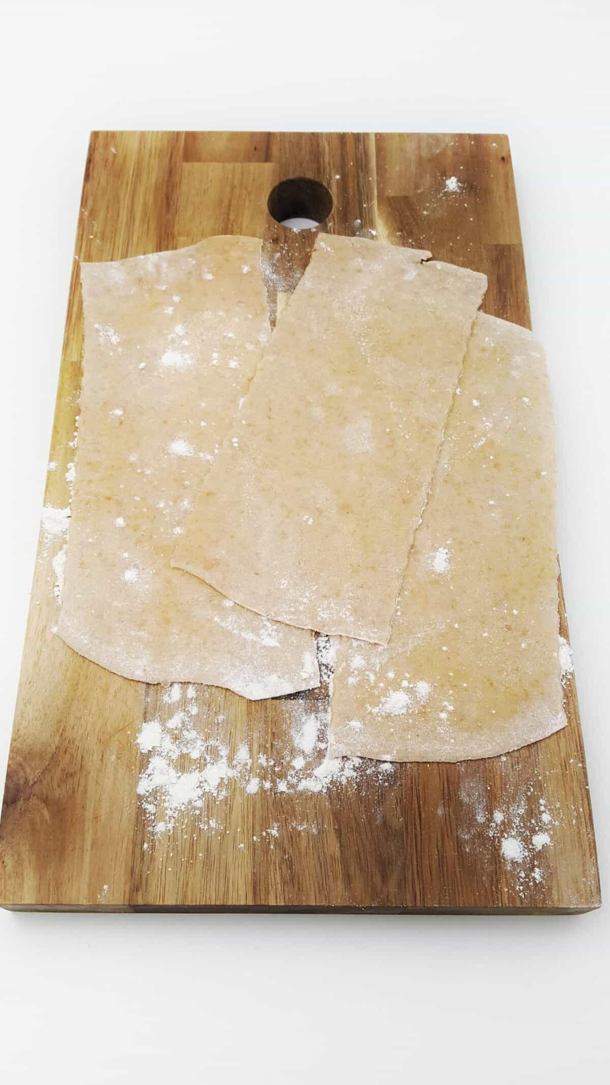 Auf einem Holzbrett selbstgemachte Dinkel Lasagne Platten.