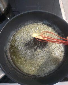 In einer Pfanne zerlassene Butter.
