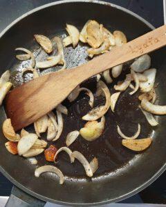 In einer Pfanne Knoblauch und Zwiebeln in Öl gedünstet.