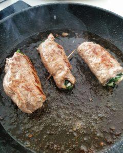In einer Pfanne angebratene gefüllte Kalbs-Schnitzel mit Spinat und Mozzarella.