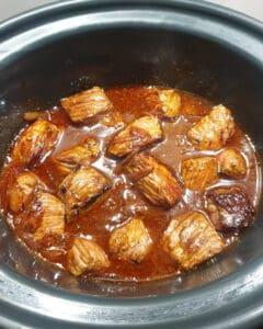 Gulasch mit Brühe in einem Crock Pot.