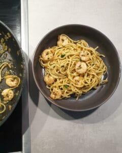 Garnelen Pasta mit Kräuterbutter und Knoblauch in einer grauen Schale serviert.