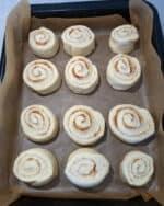 Cinnemon Rolls in einer mit Backpapier belegten Kuchenform.