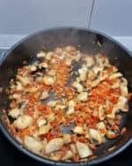 In einer Pfanne angedünstetes Gemüse in Olivenöl.