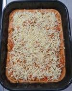 In einer Auflaufform Gyros Geschnetzeltes mit Metaxa Soße und mit Käse bestreut.