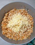 In einer grauen Schale eine vegetarische Masse aus Reis und Käse für Frikadellen.