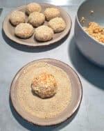 Auf einem braunen Teller eine Gemüse Frikadelle in Semmelbrösel gewälzt.