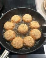In einer Pfanne vegetarische Frikadellen in Öl.