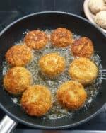 In einer Pfanne knusprig gebackene vegetarische Frikadellen in Öl.