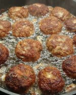 In einer Pfanne gebratene Frikadellen in heißem Öl.