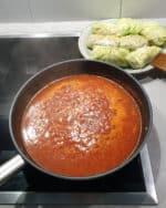 In einer Pfanne kochende Tomatensoße.