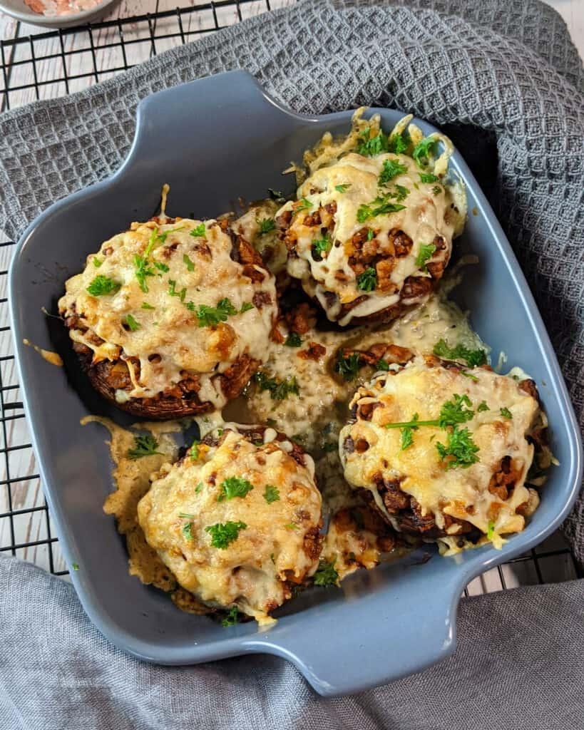 Gefüllte große Pilze mit Hackfleisch und Käse überbacken.